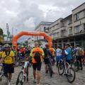 Grande quantidade de ciclistas em área do bairro do Valongo. #Pracegover