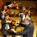 maestro conduz orquestra #paratodosverem