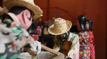 bonecos de teatro usando roupas de chita. #Pracegover