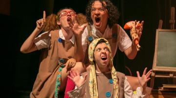 durante peça, três atores estão em cena e falam #pracegover