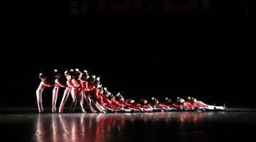 Bailarinos em apresentação no palco.