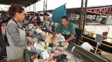 Mulheres coletam resíduos recicláveis em usina de separação. #Pracegover