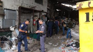 Guardas municipais observam documentos em fer0velho #pracegover