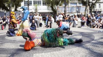 atores fantasiados se apresentam na praça mauá #pracegover