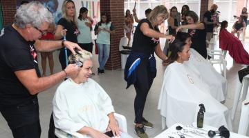 Cabeleireiros cortam e escovam cabelos de mulheres em esquema de mutirão. #Pracegover