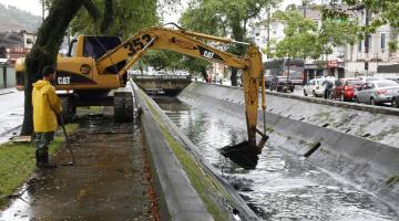 Máquina retira sedimentos do canal #pracegover