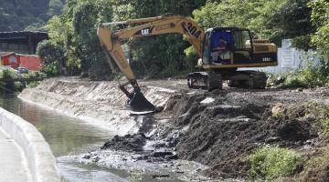 Máquina retira lama do canal #pracegover
