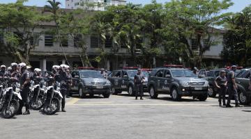 Carros e motos da Polícia Militar concentrados em um estacionamento e prontos para a Operação Verão. #Pracegover