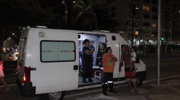 Ambulância de prontidão na orla para ocorrência de réveillon