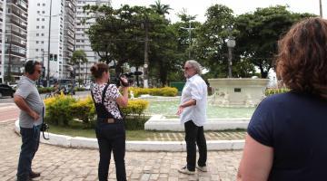 câmera filme chef na frente de fonte da praça das bandeiras #pracegover