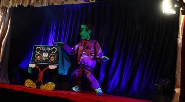 Fantoche de Frankenstein no palco. #Pracegover