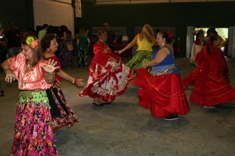 5b793c1f2 Seis mulheres com trajes ciganos dançam na quadra da escola de samba